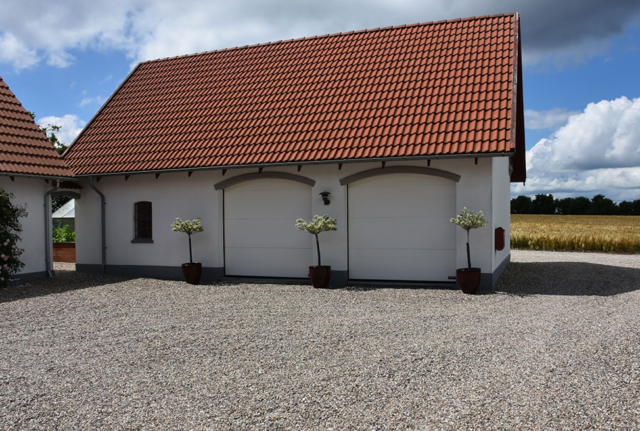 Ett modern hus har en modern energibesparande Garageport